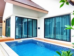 House for sale Huayyai Pattaya showing the house and pool