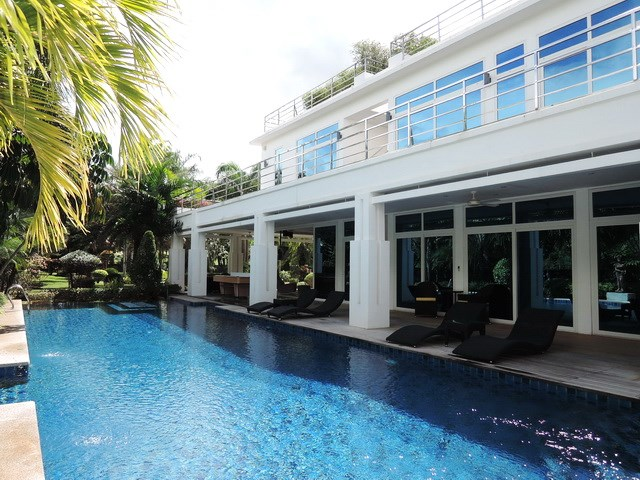 House For Sale Pattaya Phoenix Golf Course Showing The House And Pool