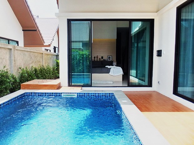 House for sale Huayyai Pattaya showing the master bedroom poolside