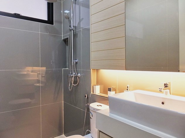House for sale Huayyai Pattaya showing the second bathroom