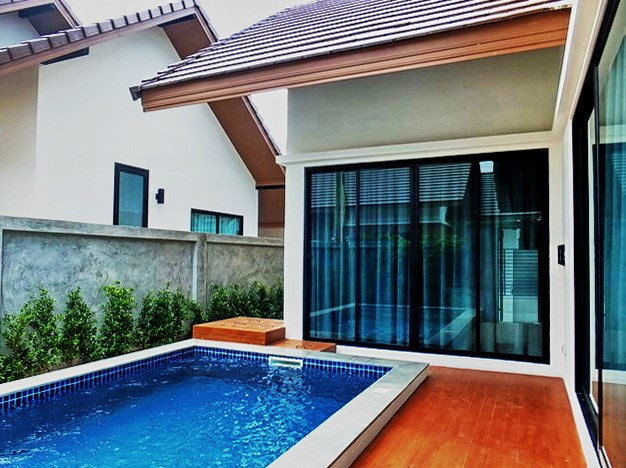 House for sale Huayyai Pattaya showing the terrace and private pool