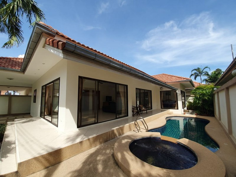 House for sale Jomtien showing the house, carport and pool